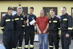 Mit den Kollegen der Feuerwehr bei der Siegerehrung: Markus Willig