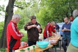Die Sportveteranen beim Brotschmieren