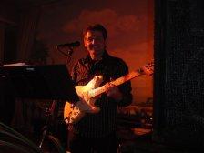 Ewald an der Gitarre