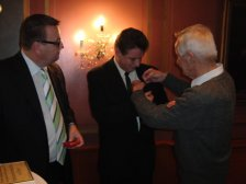 Präsident Albert Ehn überreicht Anton Luger das Silberne Vereinsehrenzeichen