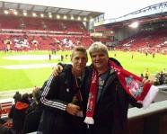 Foto mit Vereinsschal in Liverpool