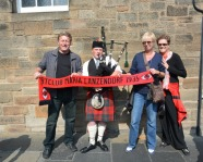 Foto mit Vereinsschal in Edinburgh