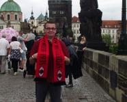 Foto mit Vereinsschal in Prag